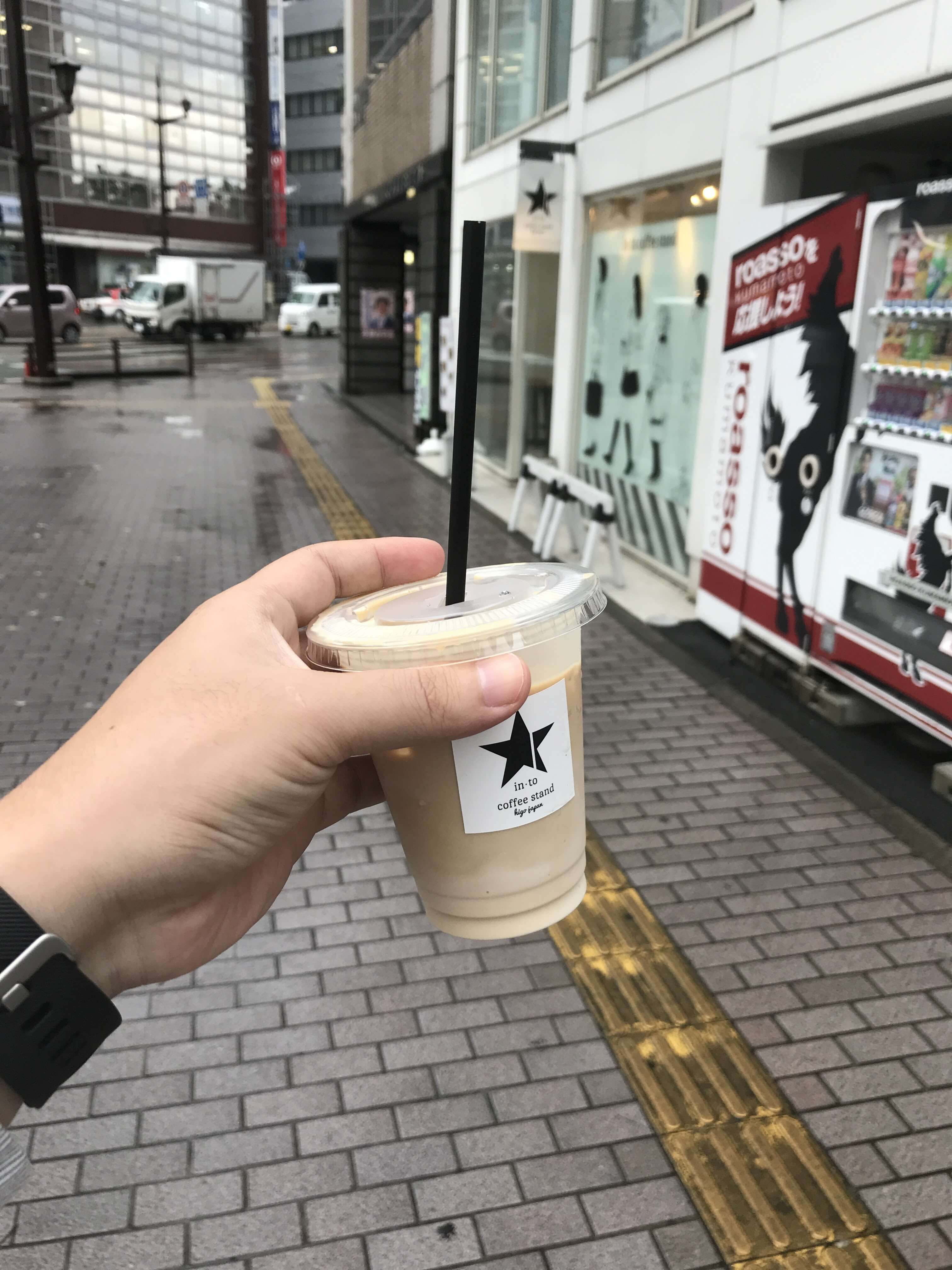 【in to coffee stand(イントゥーコーヒースタンド)】水道町角のコーヒースタンド。スッキリとしたおしゃれな店内でワッフルも。