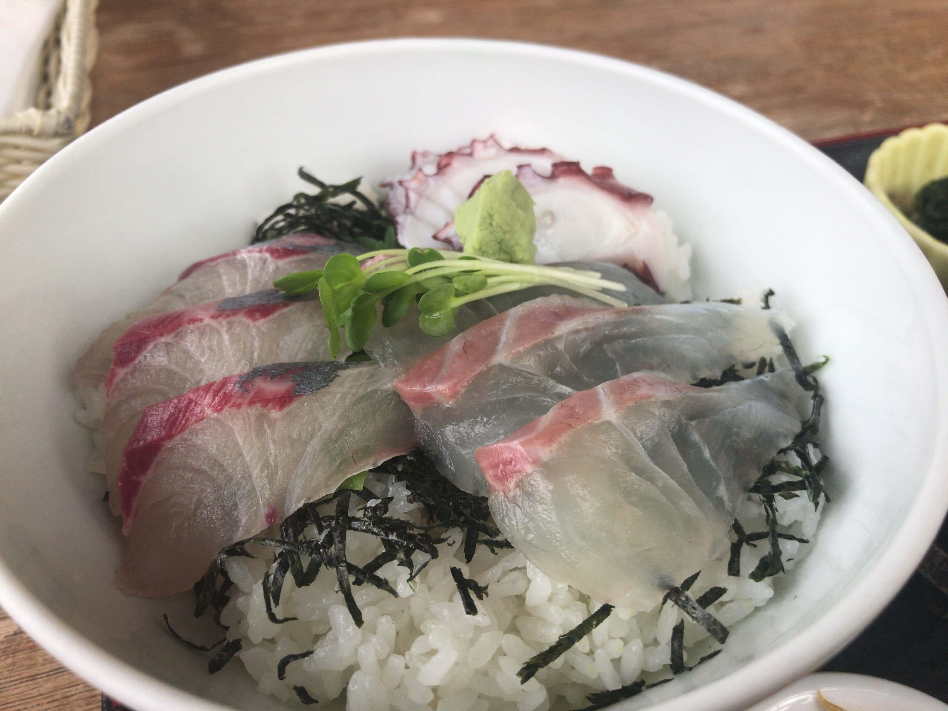 【潮まねき】魚屋さん直営のお店。天草の新鮮な魚でいただく海鮮丼はやっぱり美味い。