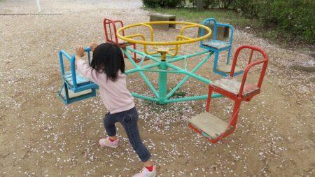 【築地四十九台公園】神社に隣接、イス型廻旋遊具のある公園《玉名市築地》