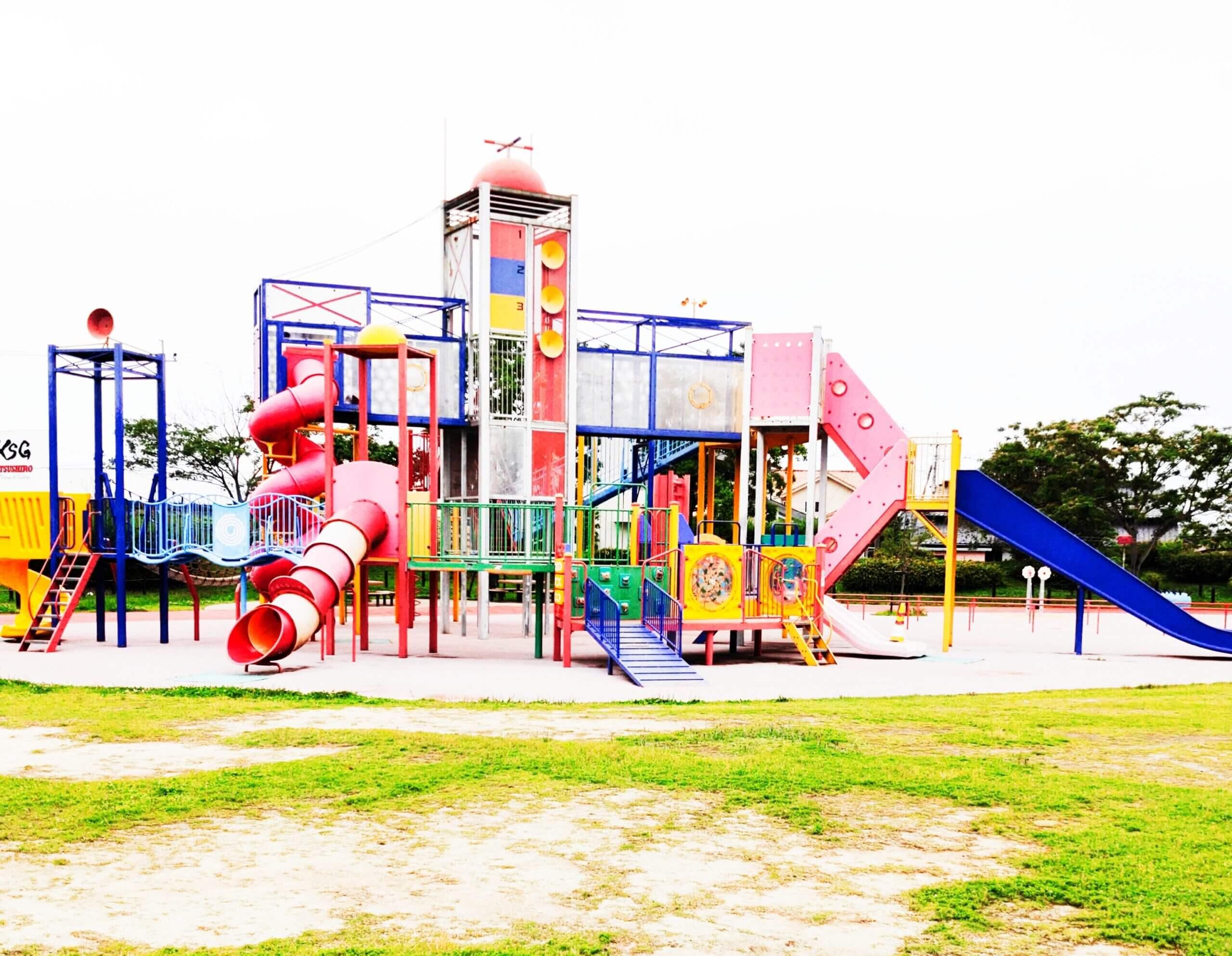 【新八代駅がめさん公園 – 八代市長田町 – 】大型複合遊具にターザンロープ♪八代妙見祭モチーフの公園